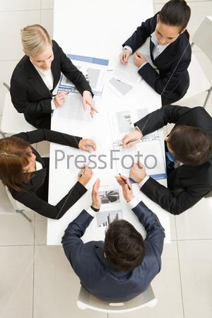 Вид сверху бизнес команды, обсуждающей новые идеи на встрече