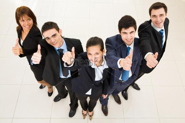 Успешные партнеры по бизнесу поднимают большой палец вверх