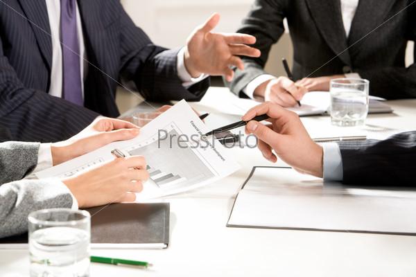 Руки деловых людей во время переговоров