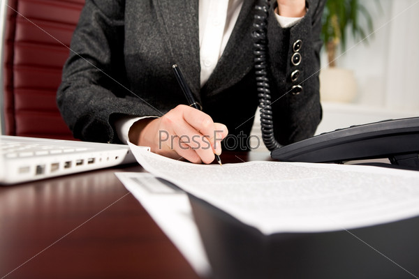 Крупный план рук деловой женщины, заполняющей бланки