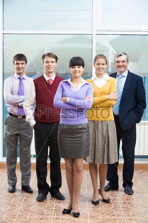 Уверенные помощники за спиной очаровательной бизнес леди
