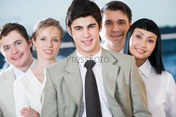 Фотография на тему Уверенные сотрудники во главе с лидером