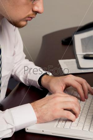 Мужчина печатает новый бизнес-план