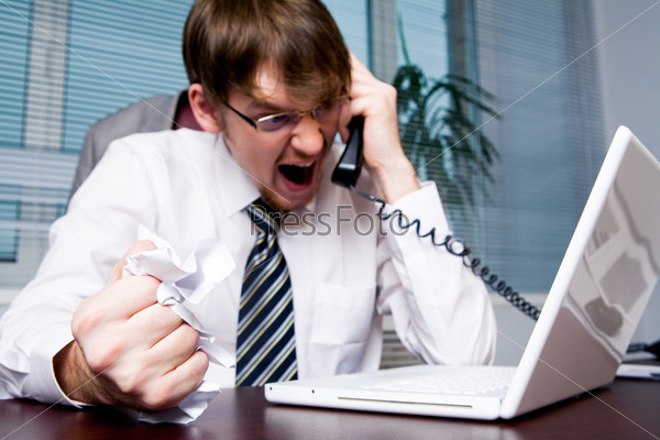 Агрессивный начальник кричит в телефонную трубку