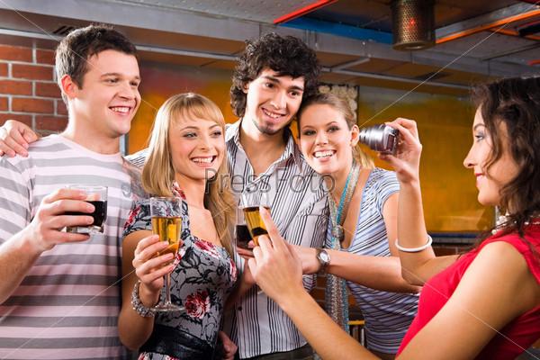 Коллективное фото друзей на вечеринке