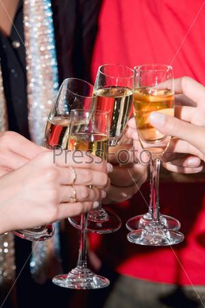 Крупный план бокалов с шампанским в руках людей