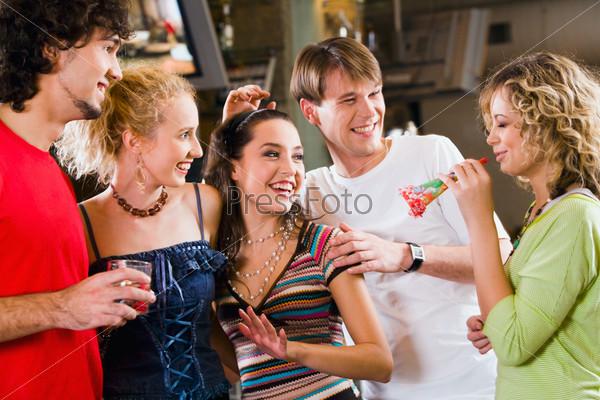Компания друзей веселится на празднике в кафе
