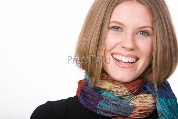 Крупный план смеющейся девушки в разноцветном шарфе