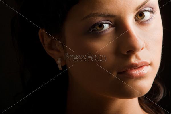 Крупный план лица красивой задумчивой девушки