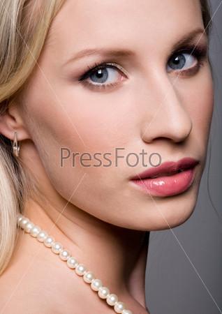 Лицо серьезной блондинки крупным планом