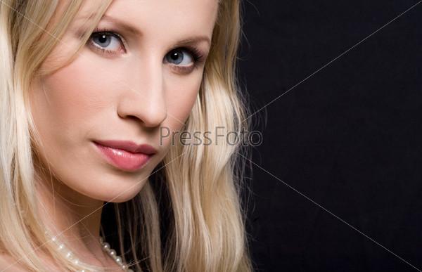 Стильная блондинка на черном фоне