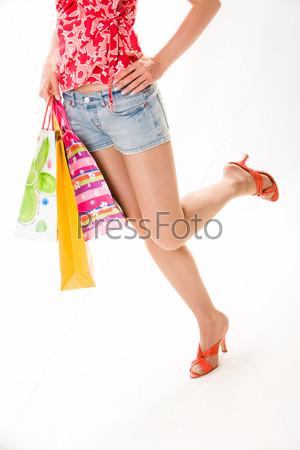 Женщина с пакетами для покупок