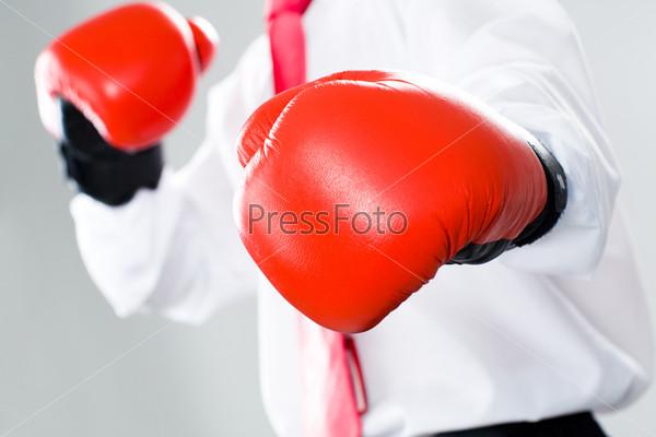 Крупный план перчаток для бокса на руках бизнесмена
