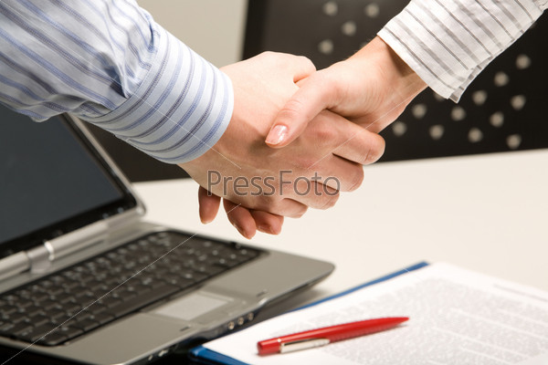 Деловое рукопожатие на фон стола