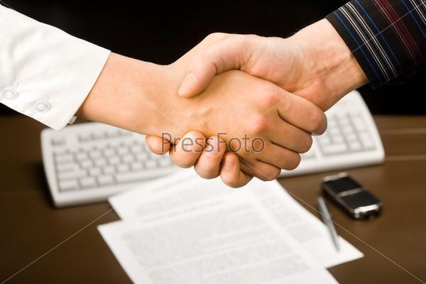 Рукопожатие двух успешных людей