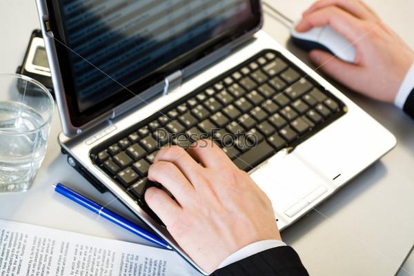 Вид сверху рук за клавиатурой