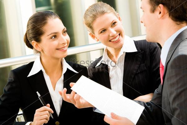 Две девушки внимательно слушают своего начальника