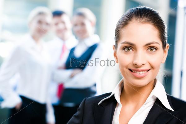 Крупный план лица деловой женщины на фоне коллег