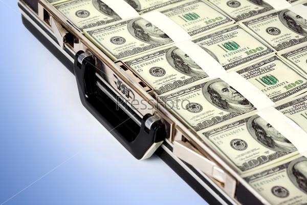 Пачки денежных купюр в кейсе