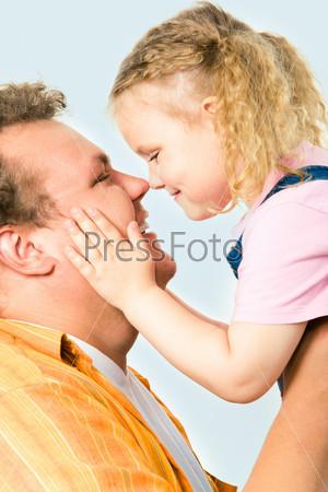 Крупный план счастливых лиц отца и дочери в профиль