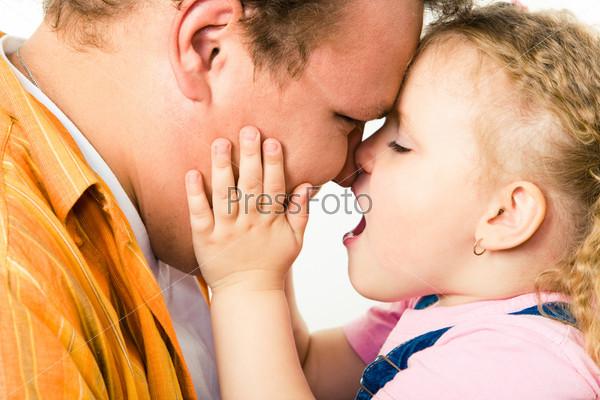 Лица любящего отца и маленькой дочки