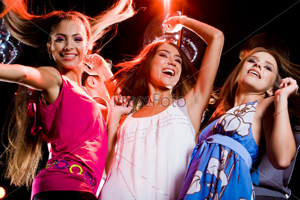 Стильные девушки танцуют на дискотеке