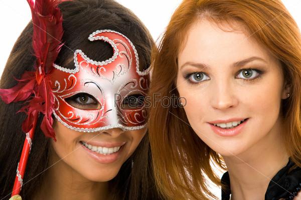 Лицо девушки в маске и другой девушки без маски рядом
