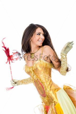 Брюнетка в красивом платье оглядывается назад и смеется