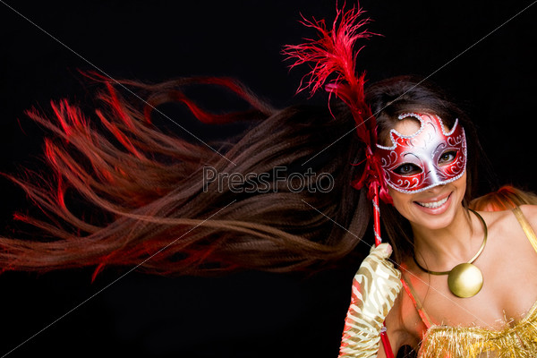 Красивая брюнетка в интересном ракурсе в карнавальной маске