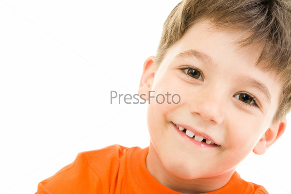 Маленький мальчик мило улыбается