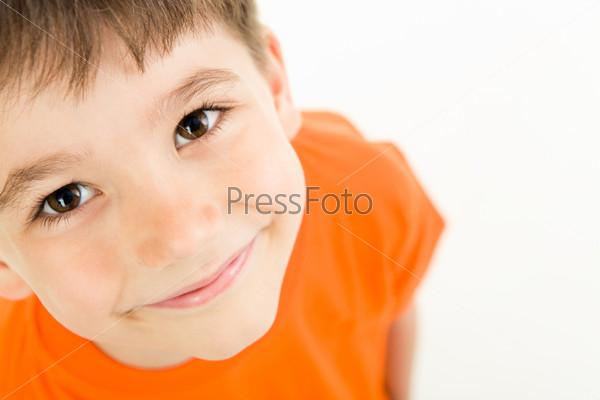 Фотография на тему Маленький мальчик с восхитительной улыбкой на белом фоне