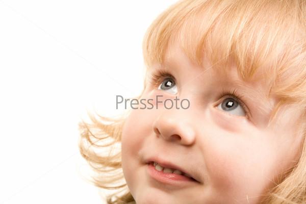 Хорошенький ребенок смотрит вверх