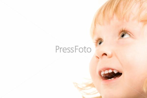 Крупный план счастливого лица девочки