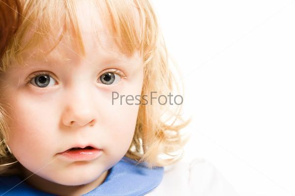 Девочка смотрит невинным взглядом в камеру