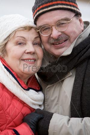 Счастливая пара держится за руки и улыбается