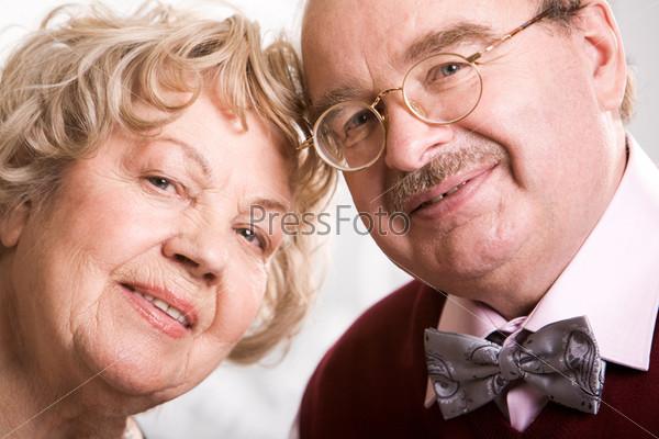 Пожилая счастливая пара
