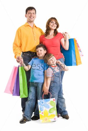 Дружная семья с яркими пакетами для покупок на белом фоне