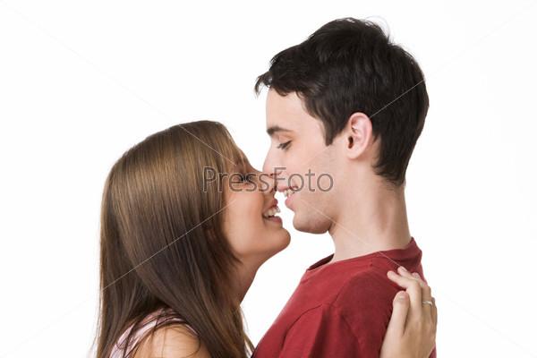 Влюбленная пара стоит прижавшись друг к другу