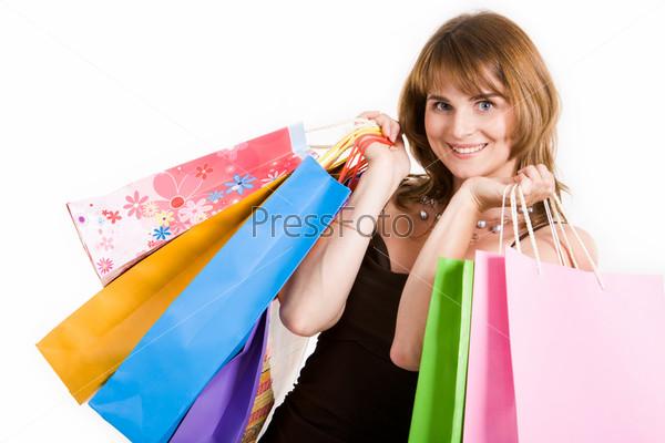 Счастливая девушка с пакетами для покупок после шоппинга