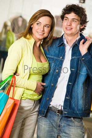 Влюбленная пара выбирает что-то в торговом центре