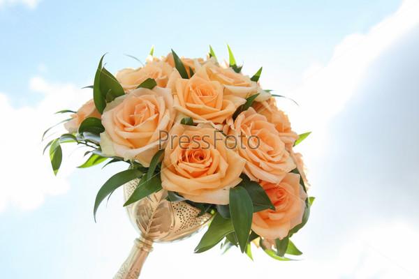 Фотография на тему Букет невесты на фоне светлого неба