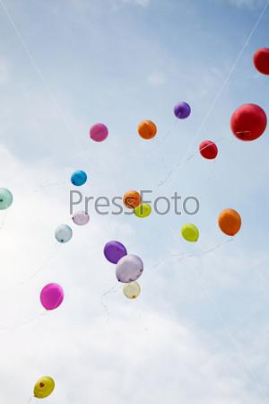 Разноцветные шары в голубом небе
