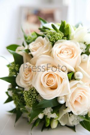 Букет роз, украшенный жемчугом и декоративными цветами