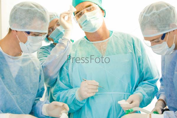 Хирурги оперируют пациентку