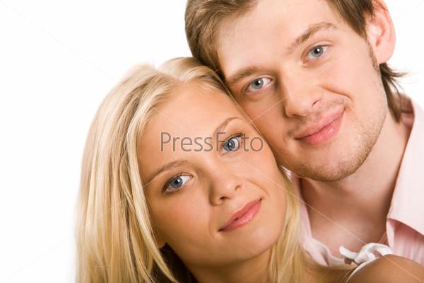 Привлекательный молодой человек стоит рядом с очаровательной подругой
