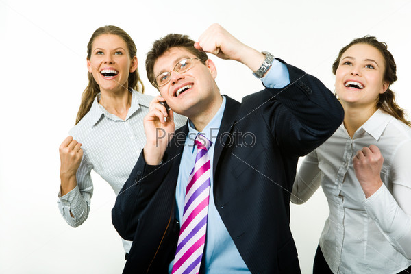 Бизнесмен говорит по телефону на фоне очаровательных девушек