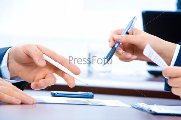 Крупный план рук деловых людей в процессе работы