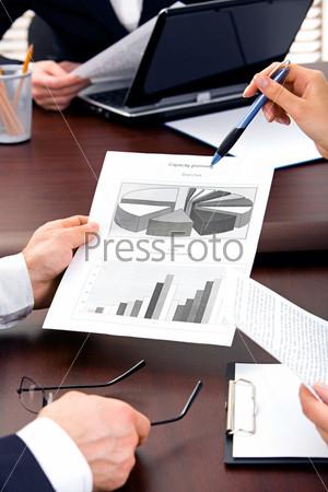 Руки деловых партнеров во время обсуждения нового проекта