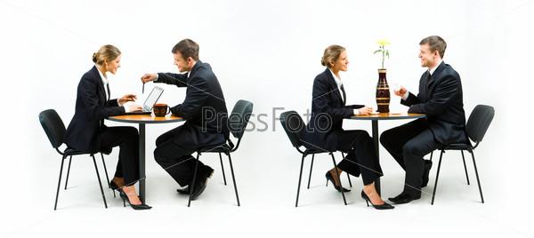 Деловые партнеры обсуждают что-то за столом