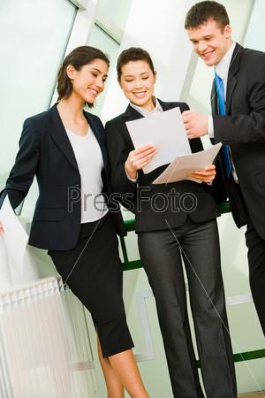 Бизнесмены рассматривают документы в офисе